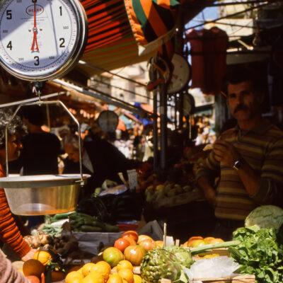 Ideale Waagen im Gemüse- und Früchtemarkt – Griechenland, Athen – März 1984