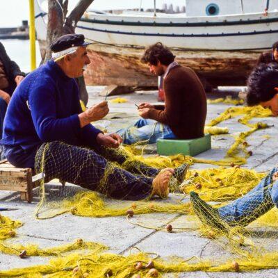 Gelebte Zusammenarbeit am Fischernetz – Kreta, Agios Nikolaos – März 1984