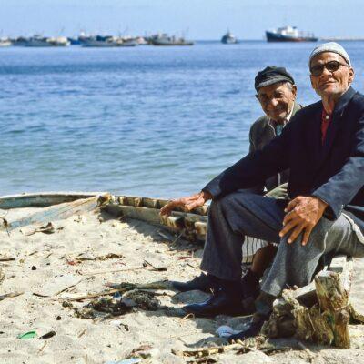 Zwei älteren Herren posieren auf dem Bootsrand – Ägypten, Alexandria – April 1984