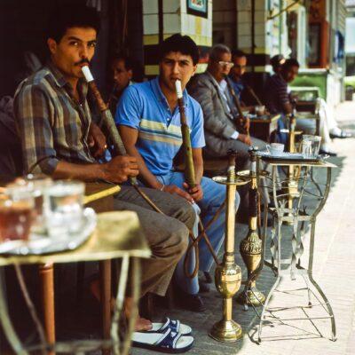 Man raucht Wasserpfeife – Ägypten, Kairo – April 1984