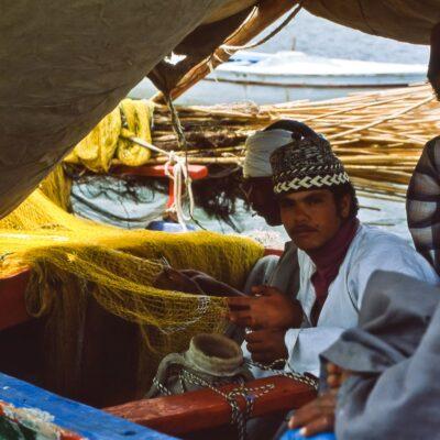 Fischernetz ausbessern im Schatten – Ägypten, Ismalia – April 1984