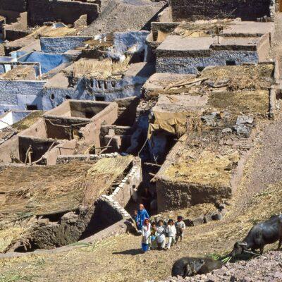 Zusammengebaute Häuser am Wüstenrand – Ägypten, Assuan – Mai 1984