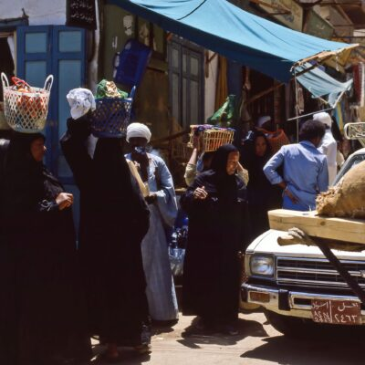 Der Einkauf wird auf dem Kopf getragen – Ägypten, Assuan – Mai 1984