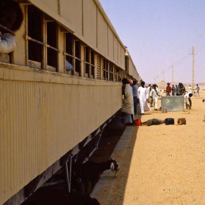 Der wöchentliche Zug steht am Bahnsteig bereit – Sudan, Wadi Halfa – Mai 1984