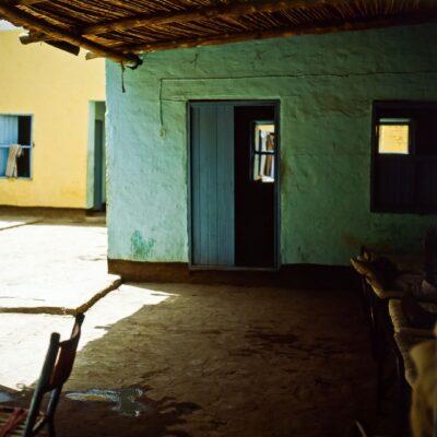Bettgruppe unter dem Vordach – Sudan, Khartum, Hotel Port Sudan – Mai 1984