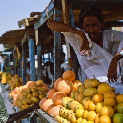 Echt entspannter Früchtehändler – Sudan, Khartum – Mai 1984
