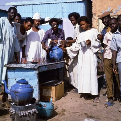 "Tee-Stand im ""El Sang el Sahi"" Markt – Sudan, Khartoum – Mai 1984"