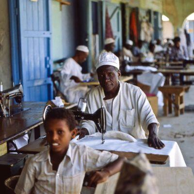 Mehrere Schneider arbeiten unter einem Dach – Sudan, Kassala – Mai 1984