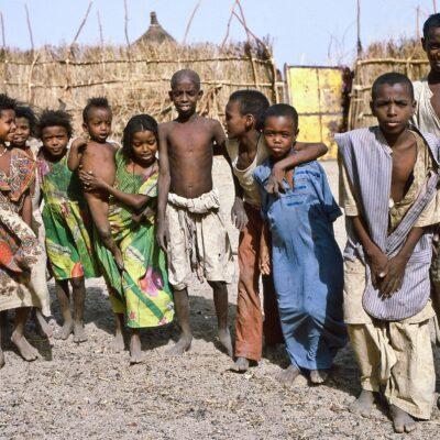 Kleinkind als Teil der Kindergemeinschaft – Sudan, Kassala – Mai 1984