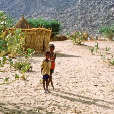 Kinder auf sandigem Grund – Sudan, Kassala – Mai 1984