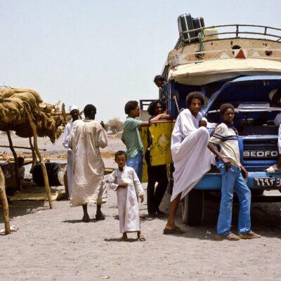 Halt bei einfacher Teestube – Sudan, New Halfa → Kassala – Mai 1984