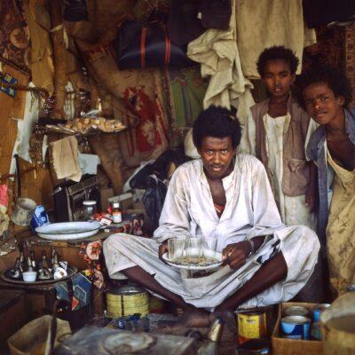 Team und Inventar der Teestube – Sudan, New Halfa nach Kassala – Mai 1984