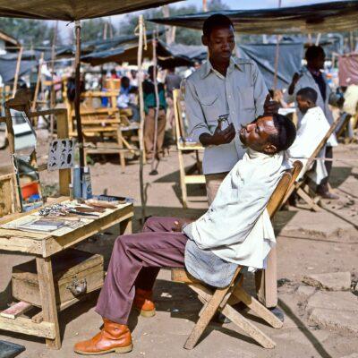 Haareschneiden im Marktplatz – Kenia, Nairobi – Juli 1984