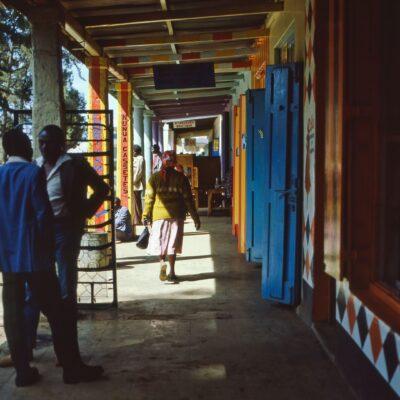 Großzügige, farbenfrohe Laube – Kenia, Nyahururu – Juni 1984