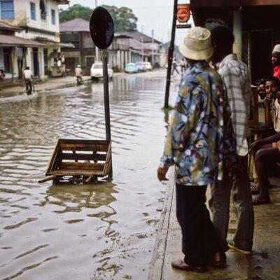 Überschwemmung als kleines Schauspiel – Tansania, Tanga – Juli 1984