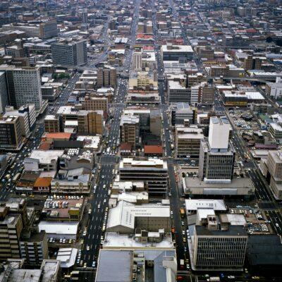 Breite Strassen prägen diese moderne Stadt – Südafrika, Johannesburg – September 1984