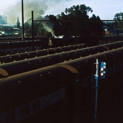Sicht auf Wagendächer und Dampflokomotive – Südafrika, Johannesburg → Bloemfontain – September 1984