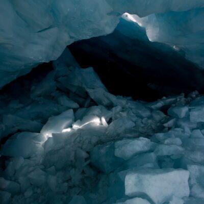 Schmaler Lichtkegel fällt auf riesiges Trümmerfeld in Eishöhle – Silvrettagletscher – 16. September 2019