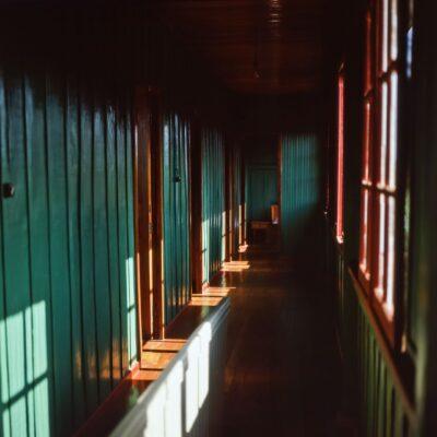 Korridor in grün und braun – Brasilien, Rio de Janeiro – Oktober 1984