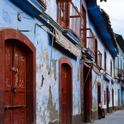 Häuserfassade mit farblicher Frische – Bolivien, La Paz – Dezember 1984