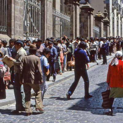 Ausschließlich Männer in dieser Warteschlange – Bolivien, La Paz – Dezember 1984