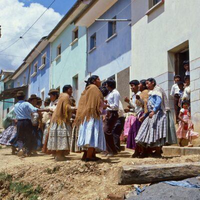 Frauen tanzen in traditionellen Röcken – Bolivien, Arapata – Dezember 1984