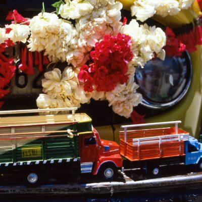 Detailgetreue Miniatur-Lastwagen aus Blech und Farbe – Bolivien, Santiago de Copacabana – Dezember 1984