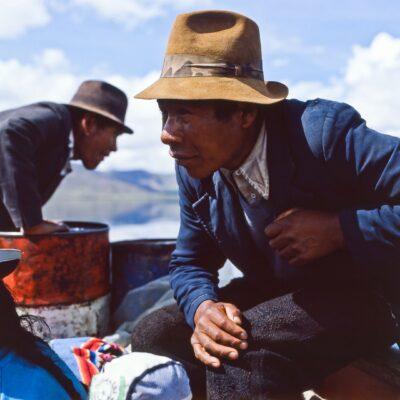 Konzentrierter Boots-Steuermann – Peru, Titicacasee – Dezember 1984