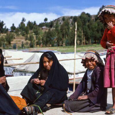 Vier Mädchen am Hafen – Peru, Amantani – Dezember 1984