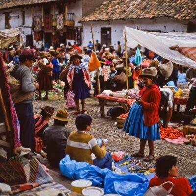 Neuartige Ware wird begutachtet – Peru, Pisac – Dezember 1984