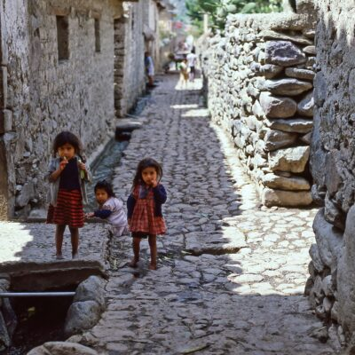 Drei Mädchen bei der Hausbrücke – Peru, Ollantaytambo – Januar 1985