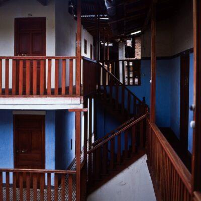 Dunkle Holztreppen auf blau-weißem Hintergrund – Peru, Cajamarca – Februar 1985
