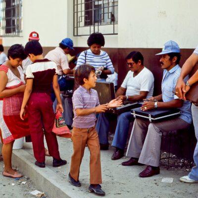 Gruppe von Geldwechslern – Ecuador, Huaquillas – Februar 1985