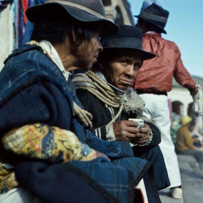 Zwei Lastenträger warten auf Aufträge – Ecuador, Otavalo – März 1985