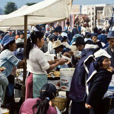 Frisches Essen am Marktstand – Ecuador, Otavalo – März 1985