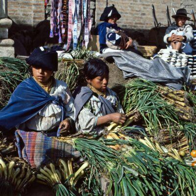 Verkäuferinnen im Lauchbündelhaufen – Ecuador, Otavalo – März 1985
