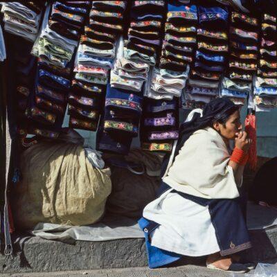 Röcke mit fein besticktem Saum – Ecuador, Otavalo – März 1985