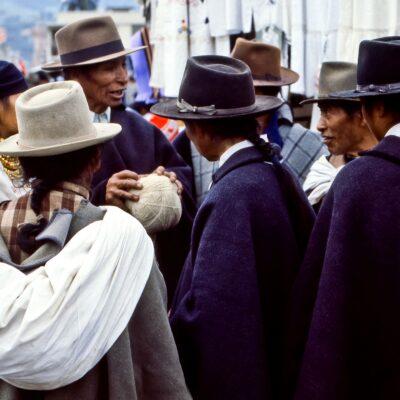 Konzentriert-ruhige Diskussionsrunde – Ecuador, Otavalo – März 1985