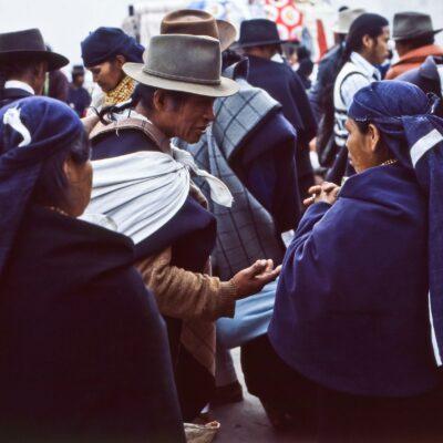 Man trifft sich und diskutiert gerne – Ecuador, Otavalo – März 1985