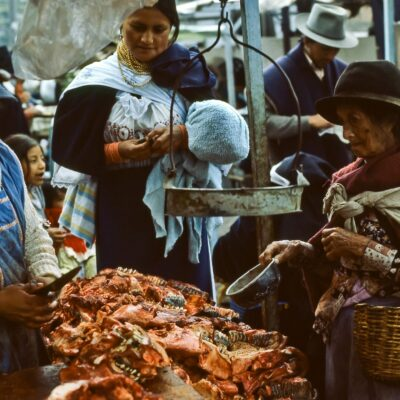 Bettlerin erhält ihren Anteil an Fleisch – Ecuador, Otavalo – März 1985