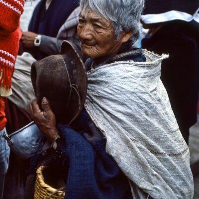 Bescheiden wartende Bettlerin – Ecuador, Otavalo – März 1985