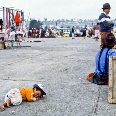 Schlafendes Kind auf dem Steinboden – Ecuador, Latacunga – März 1985