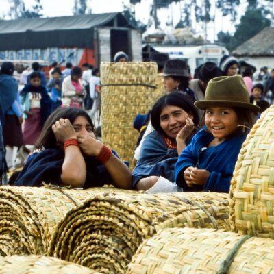 Familie mit freundlicher Neugierde – Ecuador, Saquisili – März 1985