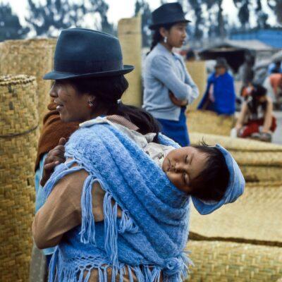 Kleinkind mit Kopfbedeckung – Ecuador, Saquisili – März 1985