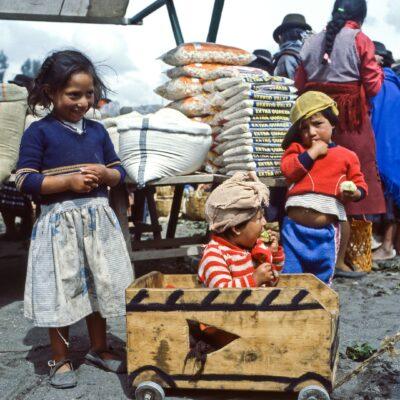 Drei Kinder mit Wägelchen – Ecuador, Saquisili – März 1985