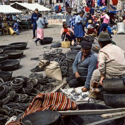 Aus Autoreifen entstehen Tragkörbe – Ecuador, Saquisilí – März 1985