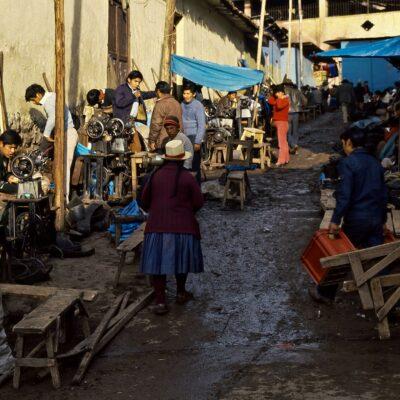 Massive Nähmaschinen verarbeiten alles – Ecuador, Saquisilí – März 1985