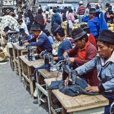 Schneiderei unter freiem Himmel – Ecuador, Saquisili – März 1985