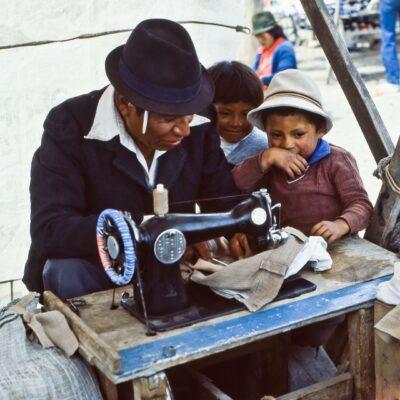 Großes Interesse an Schneiderarbeit – Ecuador, Saquisili – März 1985