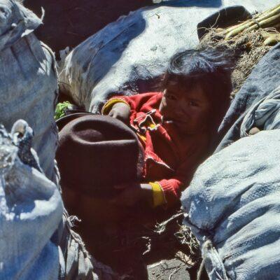 Kinder-Ruhezone im Markt – Ecuador, Zumbahua – März 1985